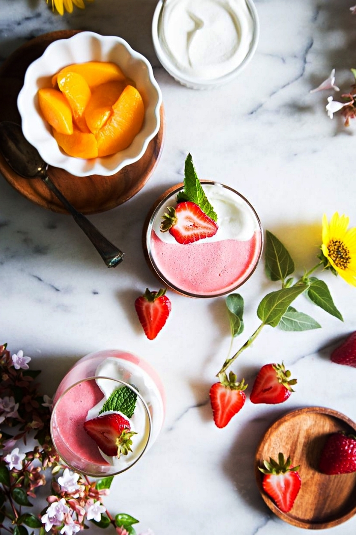 dessert d'été frais et léger, recette de mousse en verrine à la pêche et à la fraise, dessert sans four rapide et facile