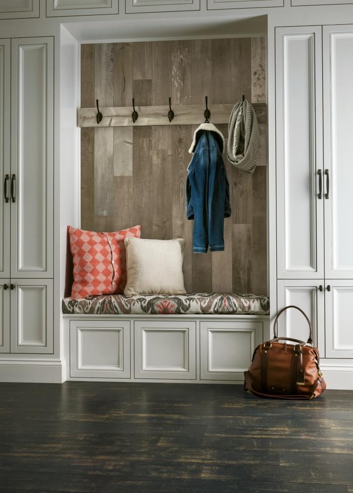 comment aménager une entrée de style rétro chic, idée deco mur en bois planche avec crochets pour vêtements