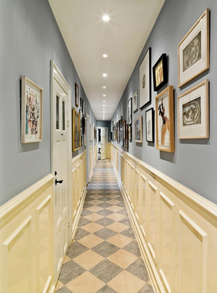 Comment décorer un couloir étroit, photos sur les murs, cadre peinture sur mur gris, cool idée design simple
