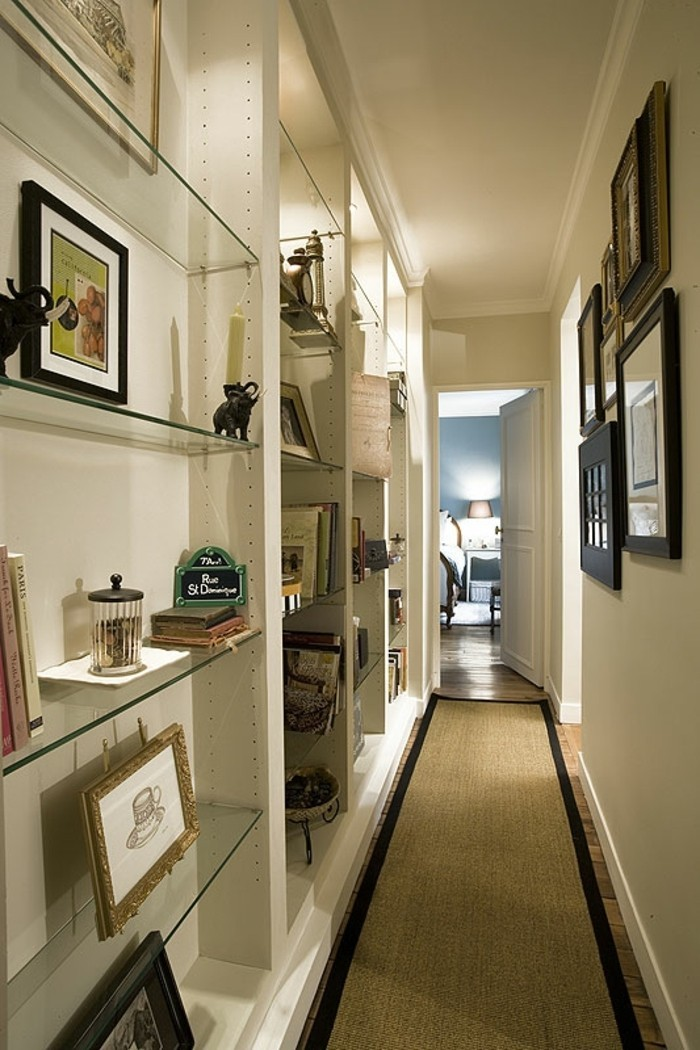 Blanc mur, meuble étroit couloir, décoration simple et efficace