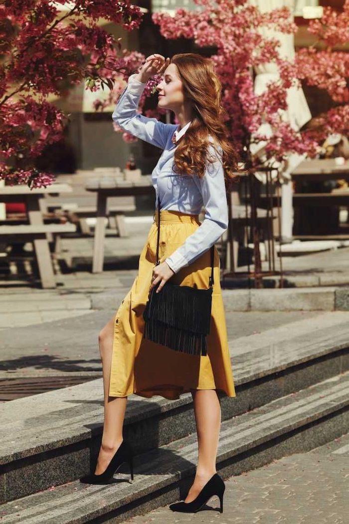 Jupe mi longue jaune associé à chemise bleue, gros pull femme, tenue hiver comment s'habiller, adopter le look chic