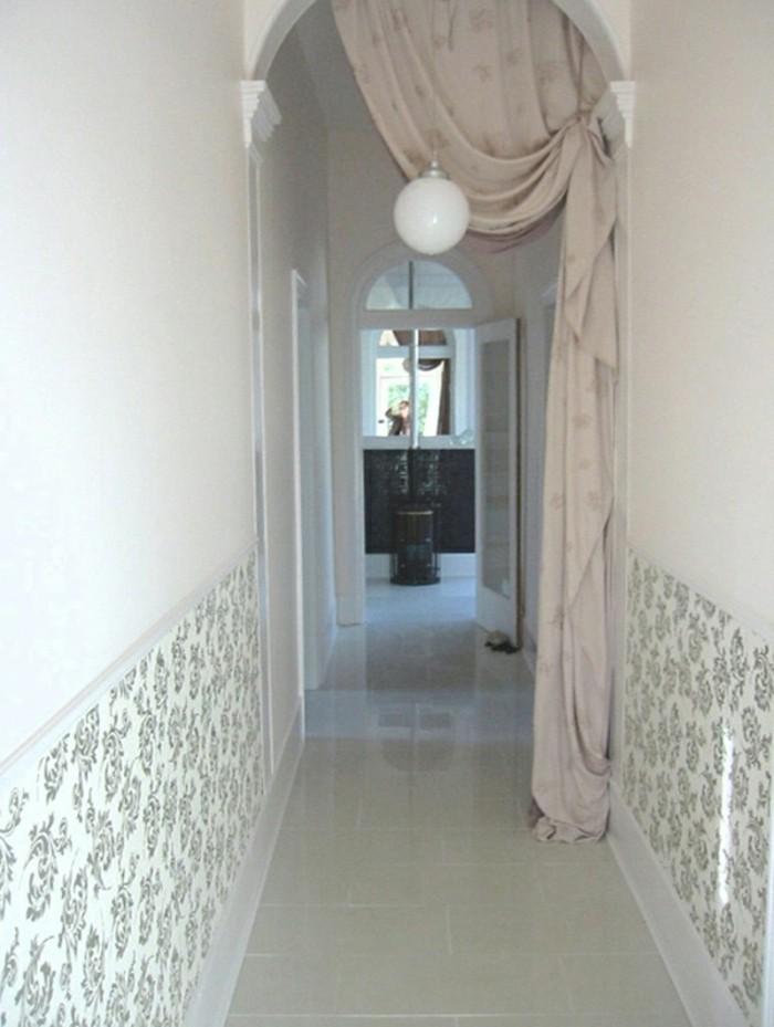 Papier peinte floral sur la partie bas du mur blanc, comment rendre plus clair un couloir en l et étroit