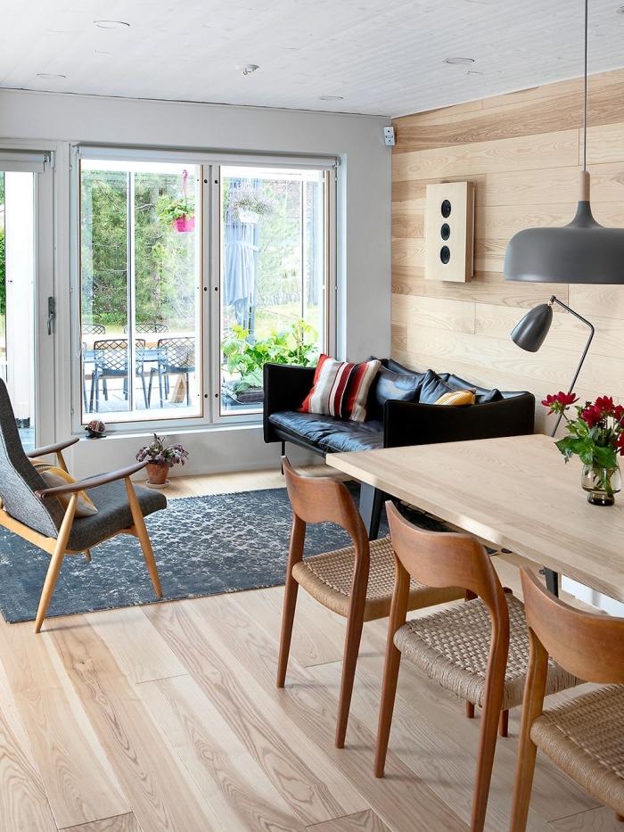 design salon moderne et rustique avec murs en panneaux bois clair, décoration murale dans un salon avec planche chene