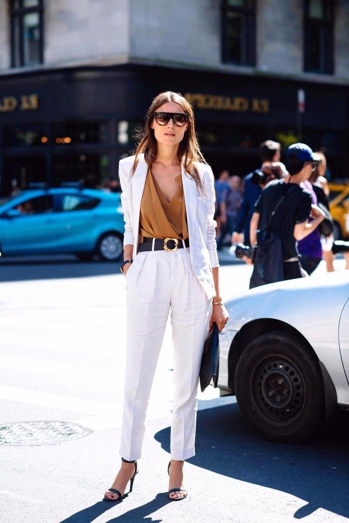 tenue chic femme, modèle de pantalon blanc taille haute avec blouse camel et blazer blanc assortis avec accessoires noires