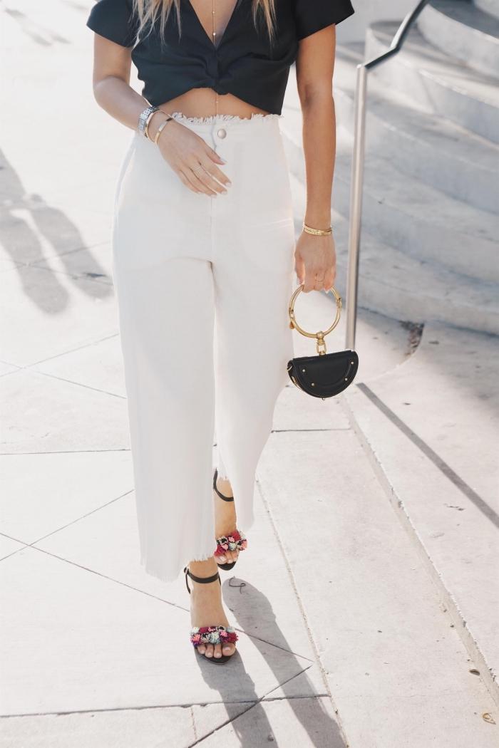 idée tenue casual chic en blanc et noir femme, modèle de pantalon fluide avec top crop noir et sandales à talon pompons