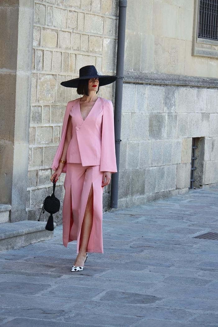 ensemble tailleur femme pour mariage de couleur rose, modèle pantalon jambes larges avec fente, accessoires mode femme en noir