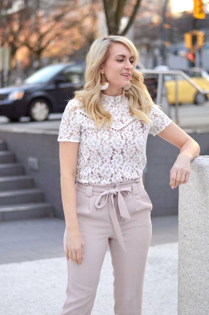 comment assortir les couleurs de ses vêtements pour un mariage, idée tenue femme invitée en pantalon et blouse