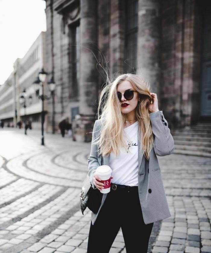 blazer femme gris en tissu pied de poule, idée de tenue casual smart avec t-shirt blanc et accessoires noirs
