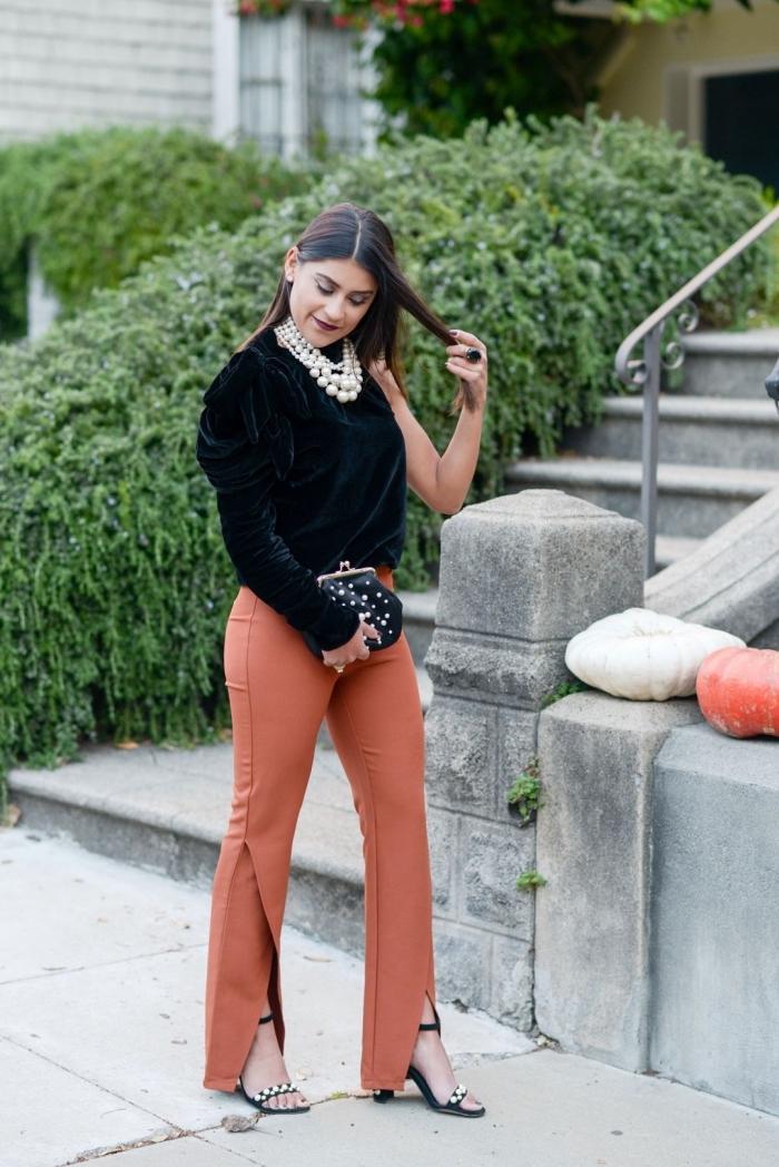 idée look femme invitée en pantalon, modèle de pantalon camel avec fente combiné avec blouse noire et accessoires noires