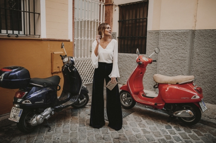 idée tenue habillée pour mariage, look femme invitée en pantalon noir à jambes larges avec blouse blanche et accessoires or et argent