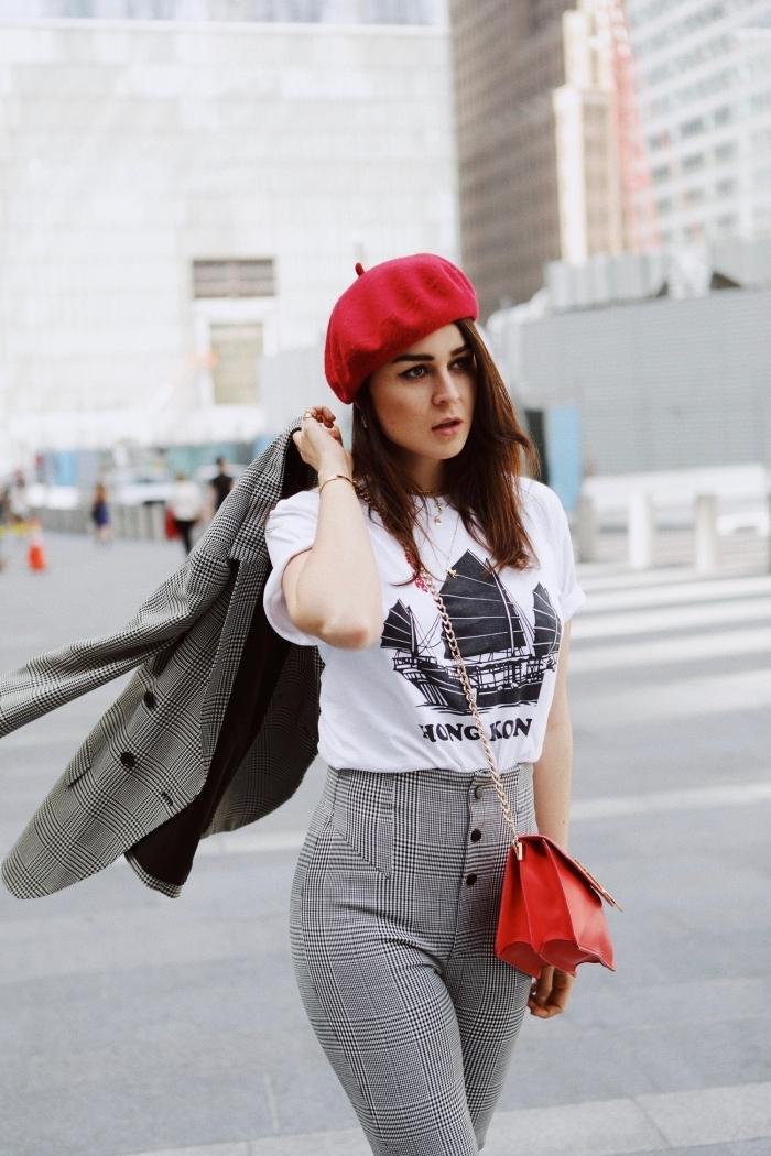 imprimés tendance automne hiver 2019 2020, modèle de pantalon taille haute en blanc et gris combiné avec accessoires rouges