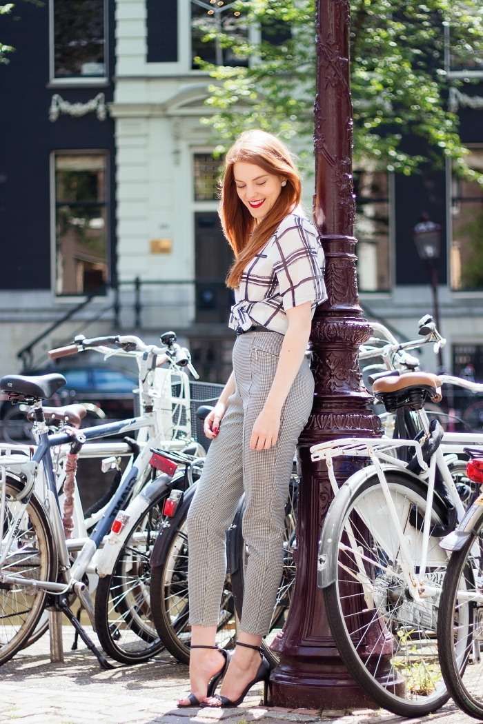 comment porter le pied de poule motif, modèle de tenue chic femme avec pantalon taille haute et chemise nouée
