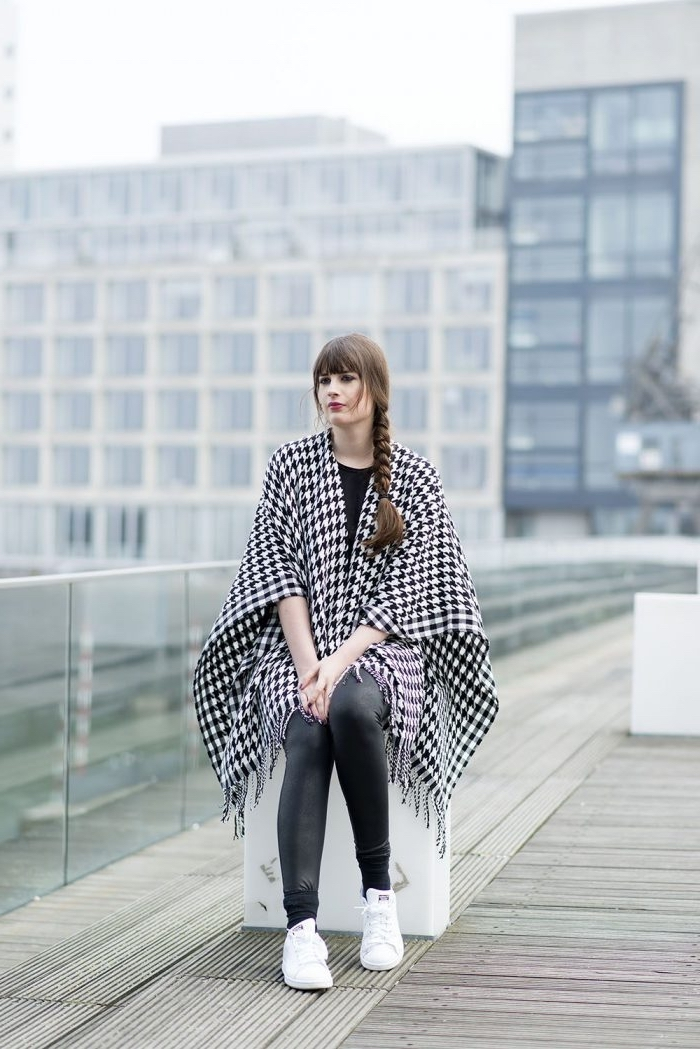 vêtements femme à pied de poule motif tendance 2019, tenue casual chic en pantalon noir avec poncho blanc et noir