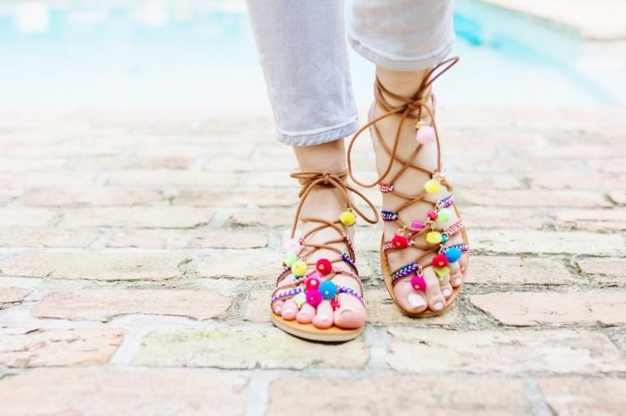 idée chaussures d'été boho chic personnalisées, paire de sandale ete décorées avec mini pompons colorés