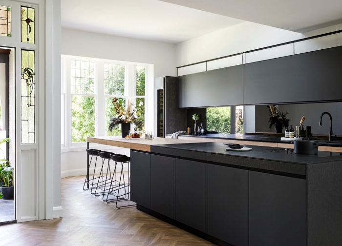 design intérieur cuisine moderne avec îlot, agencement cuisine en longueur avec meubles haut et plan de travail noir