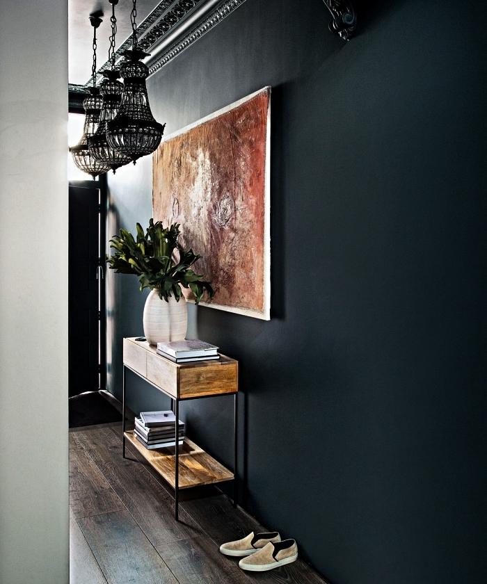 peinture couloir bleu pétrole mat associée à un parquet en bois foncé, conseils pour choisir son meuble entrée couloir, console industrielle en bois et métal dans l'entrée