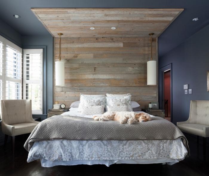 comment décorer une pièce adulte cozy aux murs foncés, idée tête de lit originale en revetement mural bois clair