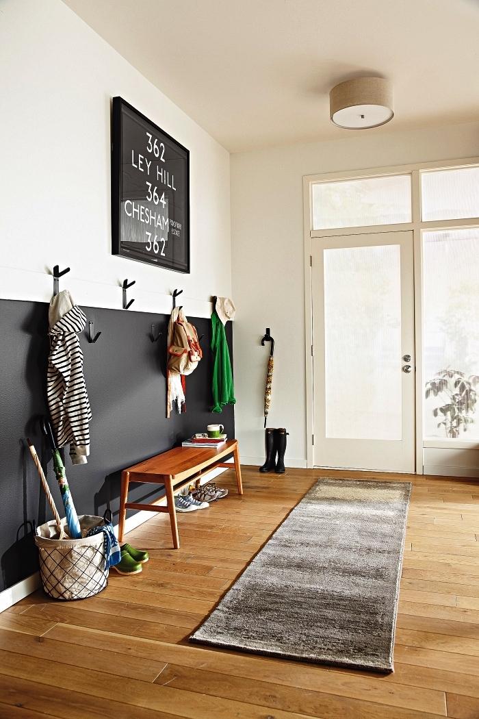 aménagement entrée minimaliste avec le bas du mur peint en noir pour délimiter l'espace penderie