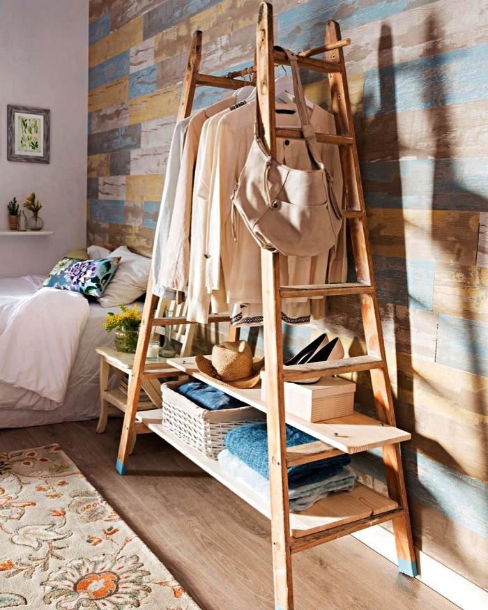 détourner une échelle double en bois pour en faire un dressing dans une chambre à coucher