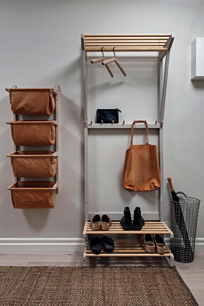 penderie entrée en bois et métal avec espace de rangement pour chaussures combinée avec un organisateur mural en bois et tissu