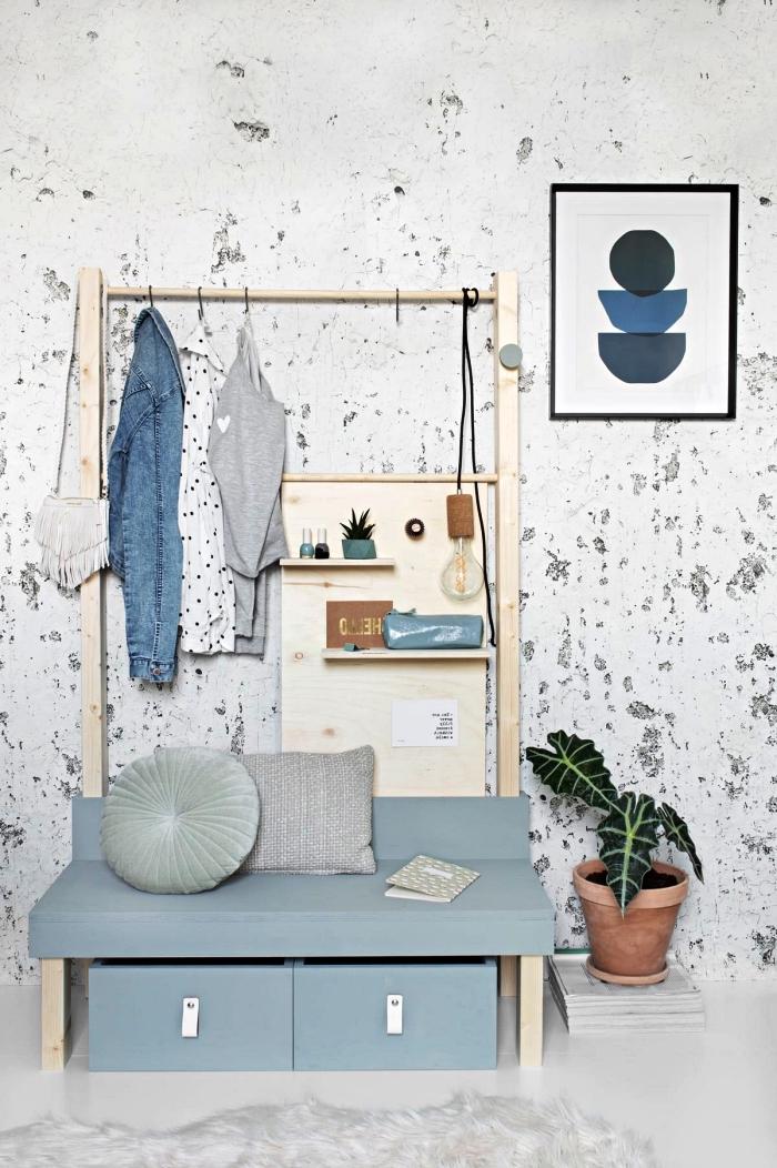 penderie entrée fait maison au design scandinave en bois et bleu clair avec banquette et petit organiseur