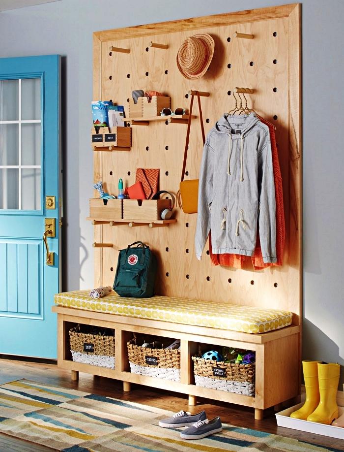 conseils pour optimiser une entrée, penderie entrée en bois avec banquette, espace de rangement et panneau perforé