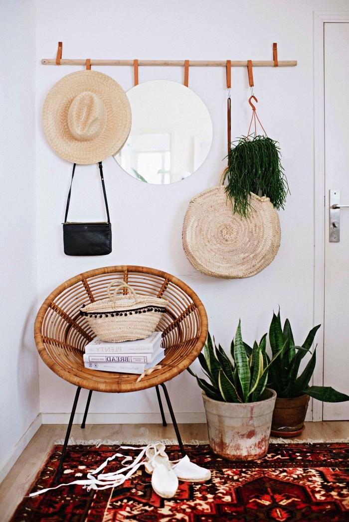 aménagement d'une petite entrée bohème chic, penderie entrée minimaliste en bois avec crochets en cuir