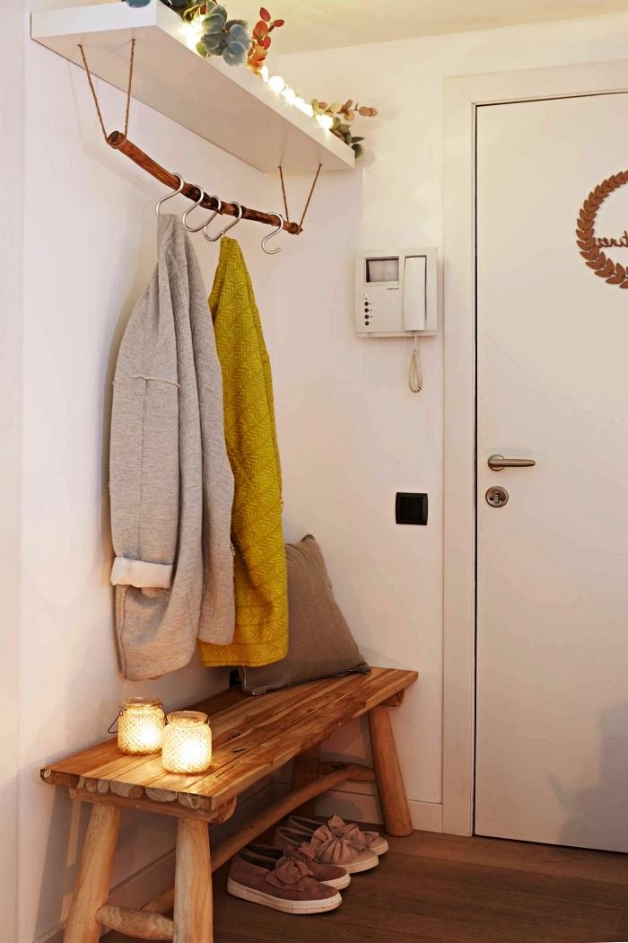 astuces rangement dans une petite entrée, penderie entrée minimaliste avec branche suspendue à une étagère murale en dessous du banc d'entrée
