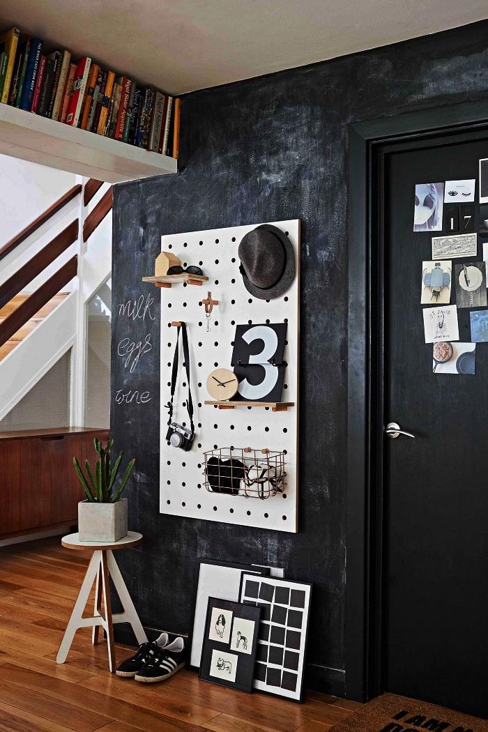 aménagement entrée avec étagère haute pour livres, organiseur mural en panneau perforé et petit tabouret déco, peinture à effet dans l'entrée