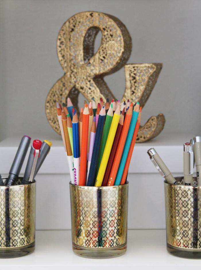 modèle de pot crayons original à faire soi même, exemple accessoire de bureau en verre customisé avec papier effet doré