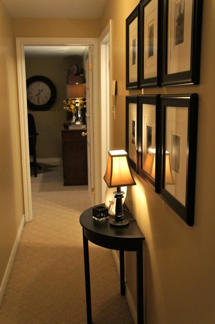 Table semi cercle noir, lampe de nuit, six photos sur le mur, de quelle couleur repeindre un couloir étroit et court
