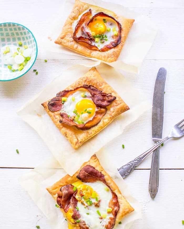 exemple de petit dejeuner simple larde et oeufs sur un carré de pate feuilletée, apéritif dinatoire idées