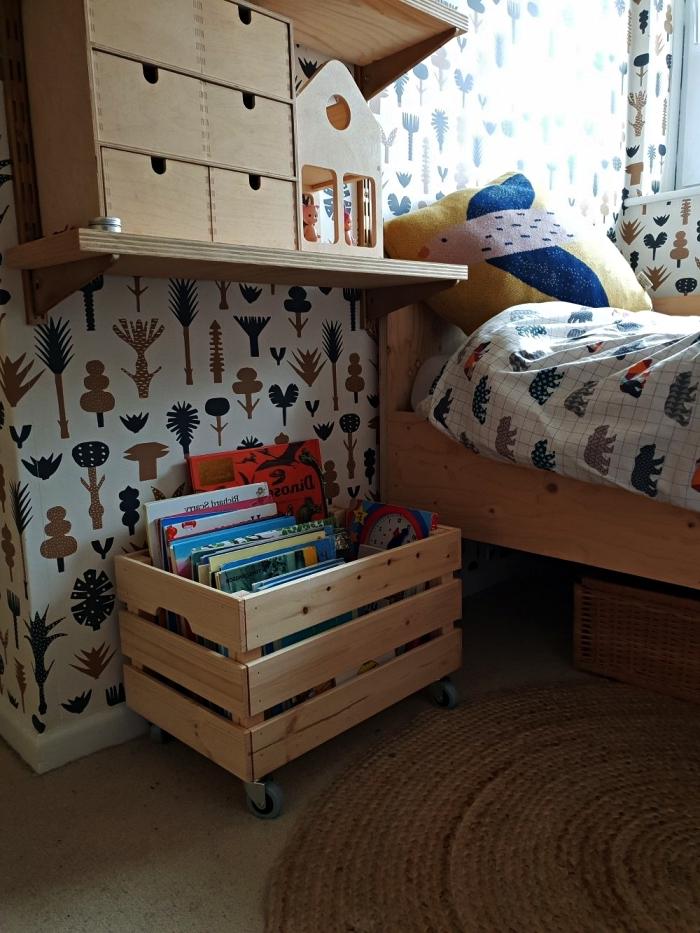 idée rangement pour jouets avec une boîte en bois ikea, caisse en pin knagglig montée sur roulettes