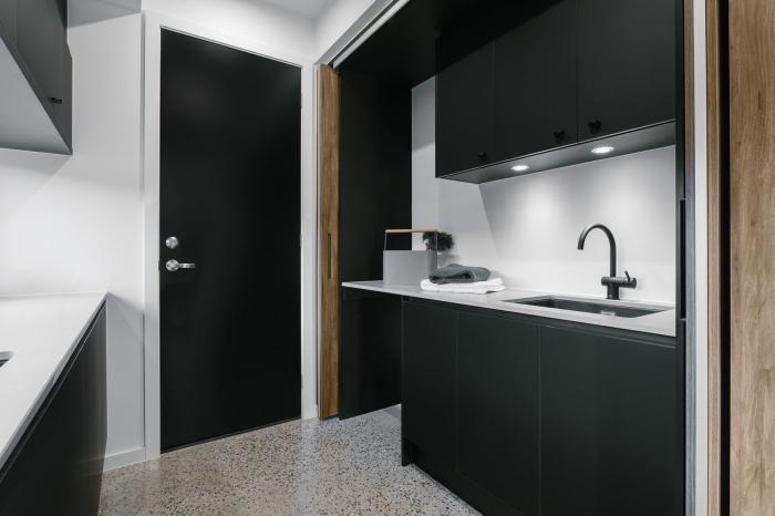 décoration petite cuisine en parallèle, modèle de cuisine noir et blanc mat, idée meuble haut cuisine avec éclairage led intégré