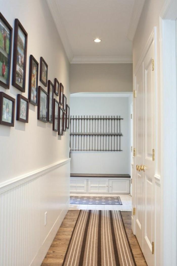 Installer une petite galerie avec photos sur le mur de couloir étroite, vestiaire étroit de couloir, belle décoration entrée chic