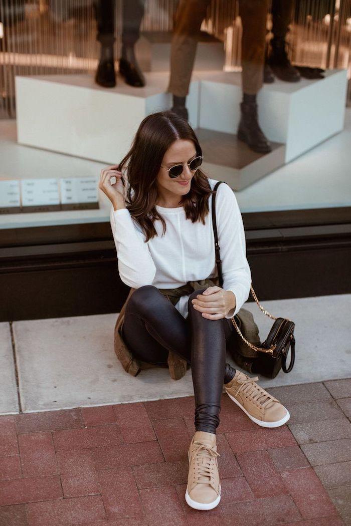 Blanche blouse et pantalon simili cuir noir, tenue hiver comment s'habiller, adopter les meilleures tendances, beiges chaussures, tenue avec baskets