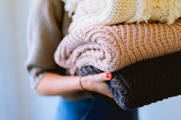 pile de gros pulls de laine, idée dressing rangement et organisation