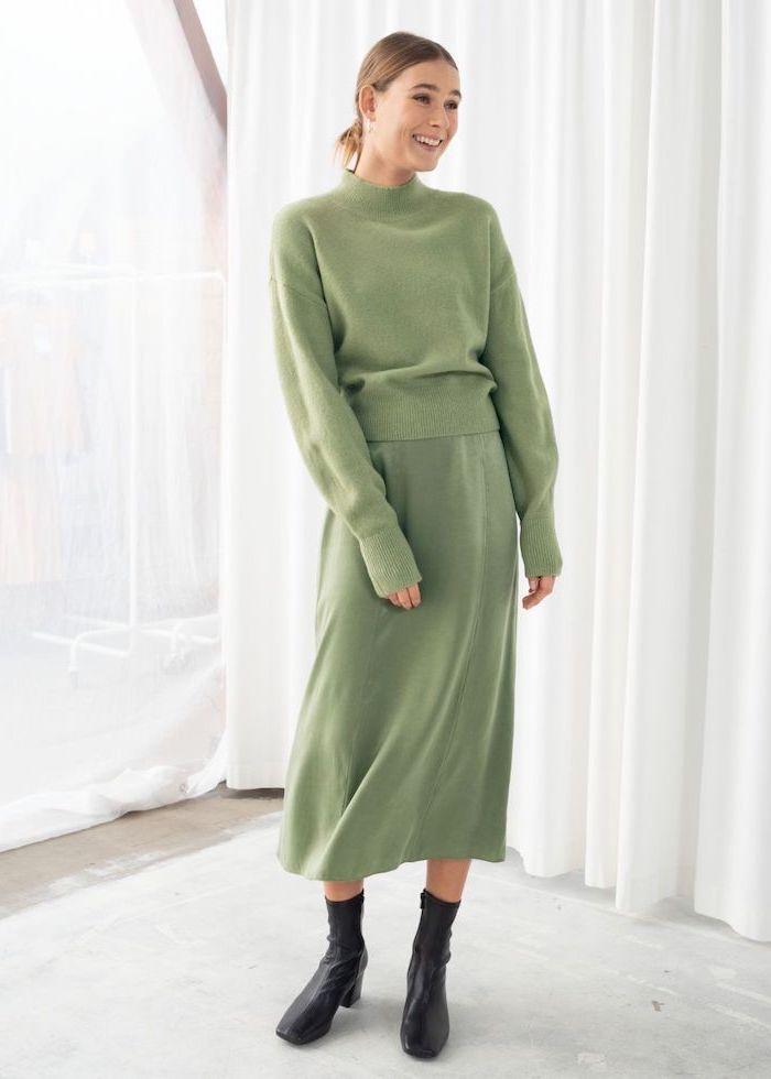 Pull et jupe pistache, couleur tendance 2020, comment bien s'habiller, tenue chic femme à la mode pour l'automne