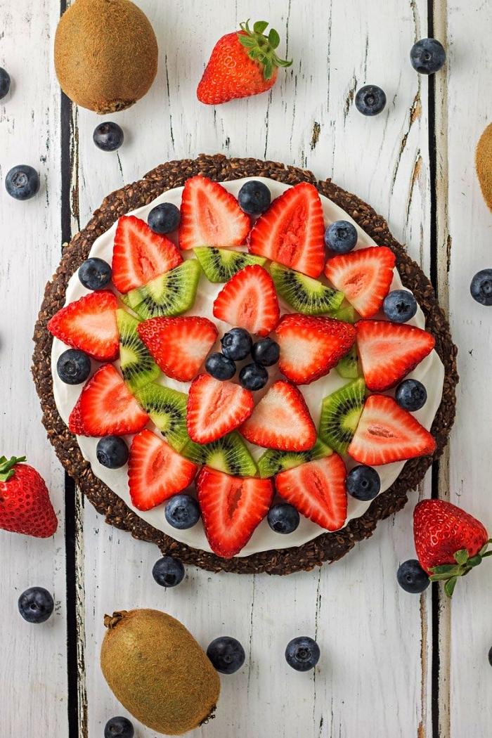 pizza aux fruits avec croûte vegan à base de dattes, graines de lin, cacao et farine de coco