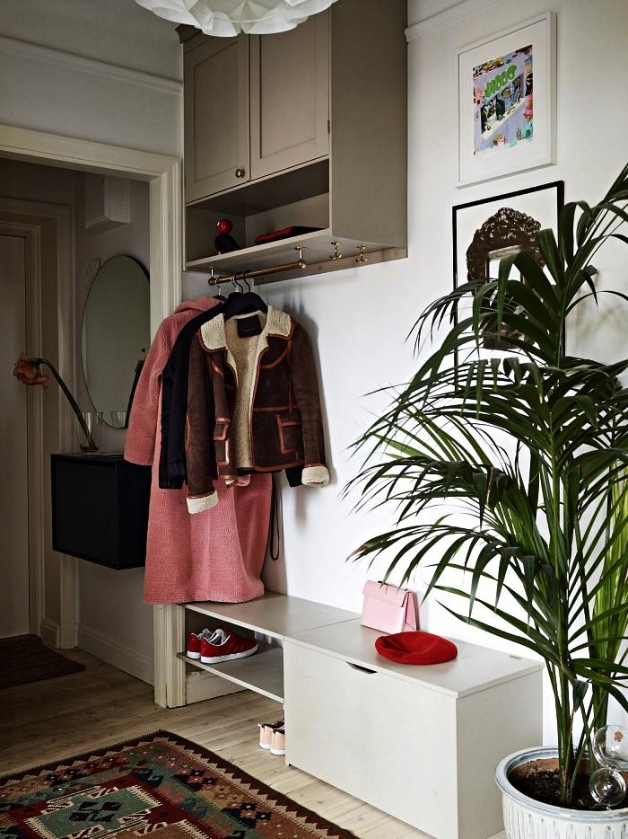 choisir son meuble entrée couloir pour optimiser l'espace, meuble à chaussures gain-de-place pour l'entrée et placard haut avec tringle pour y suspendre ses manteaux