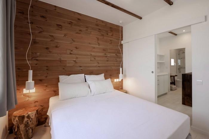 comment décorer une petite chambre minimaliste en blanc et bois, design intérieur style scandinave, idée revetement mural bois