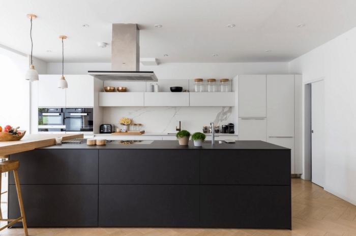 agencement cuisine en longueur avec îlot central, décoration cuisine noir et blanc avec plancher en bois clair
