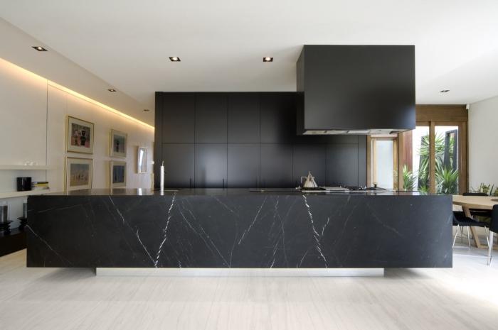 décoration cuisine noir et blanc à design ouvert, aménagement cuisine linéaire avec îlot central à effet marbre