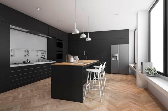 aménagement cuisine avec îlot, décoration cuisine noire et bois de style moderne, idée cuisine noir mate avec plafond blanc et accents bois