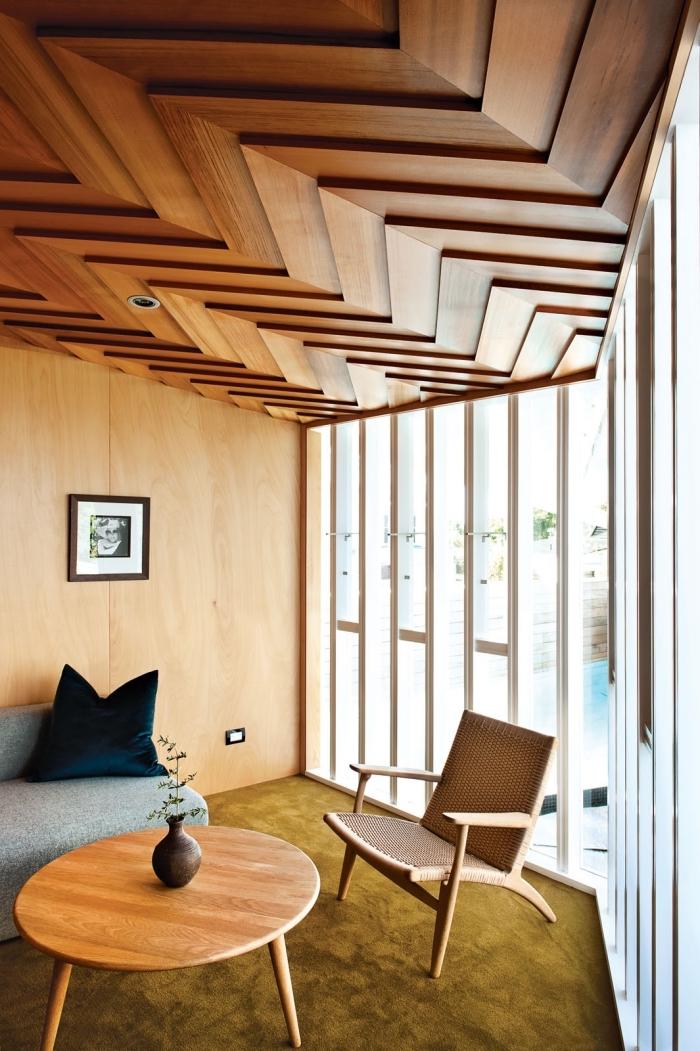 déco salon moderne avec meubles design bois, idée lambris bois large pour habiller les murs dans un salon moderne