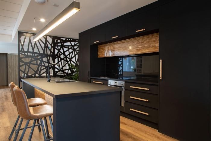 décoration cuisine ouverte de style contemporain, exemple de cuisine bois et noir avec îlot central en gris anthracite