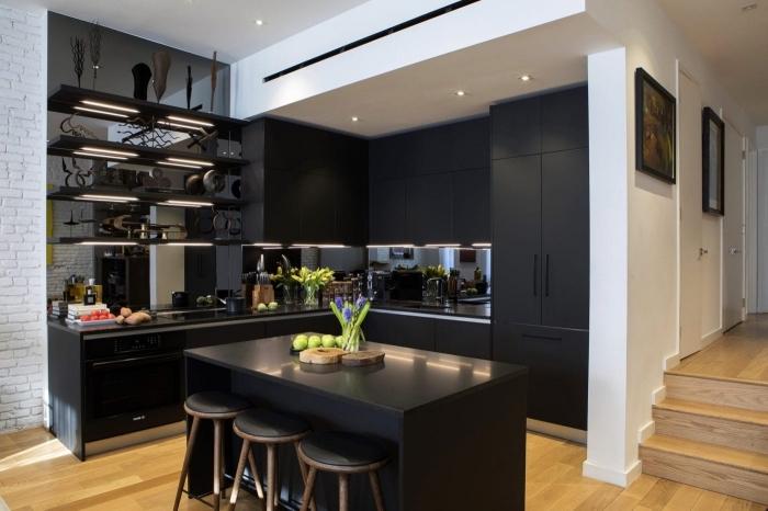 idée décoration petite cuisine bois et noir, exemple cuisine ouverte de style moderne avec meubles noir mat