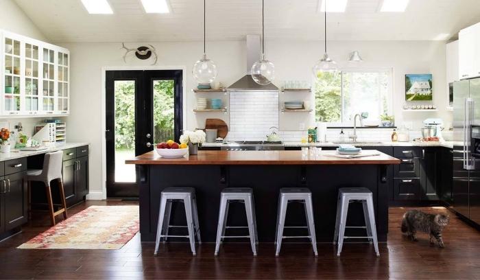 idée couleur noir mat pour changer les facades d'une cuisine, aménagement cuisine bois et blanc avec meubles noir