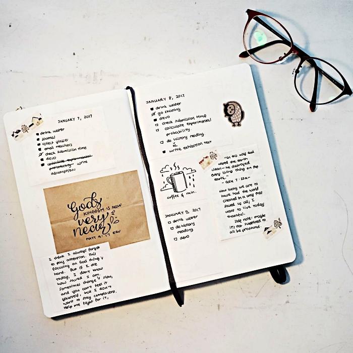 page avec des listes des tâches à accomplir pour la journée décorée de petits dessins et de stickers, carnet personnalisé façon bullet journal