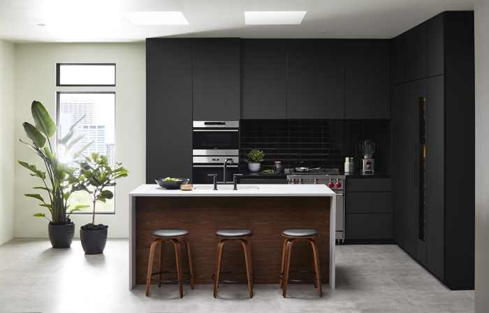 idée déco de cuisine noir et blanc, agencement cuisine en l avec îlot, modèle cuisine noir mate avec plan de travail blanc
